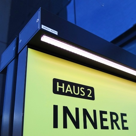 Klinik Tirol beleuchtetes Eingangsschild